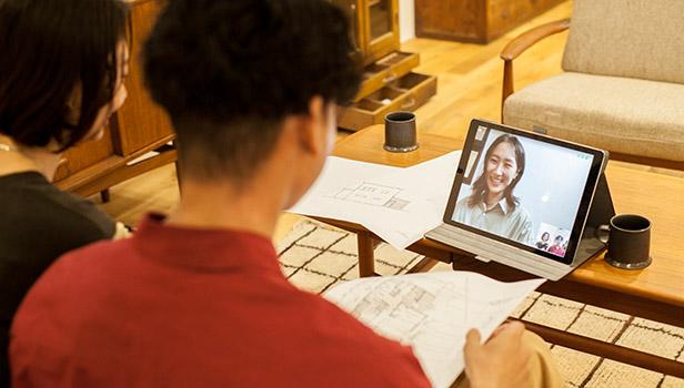 テレビ電話で注文住宅やリノベーションについて相談している家族